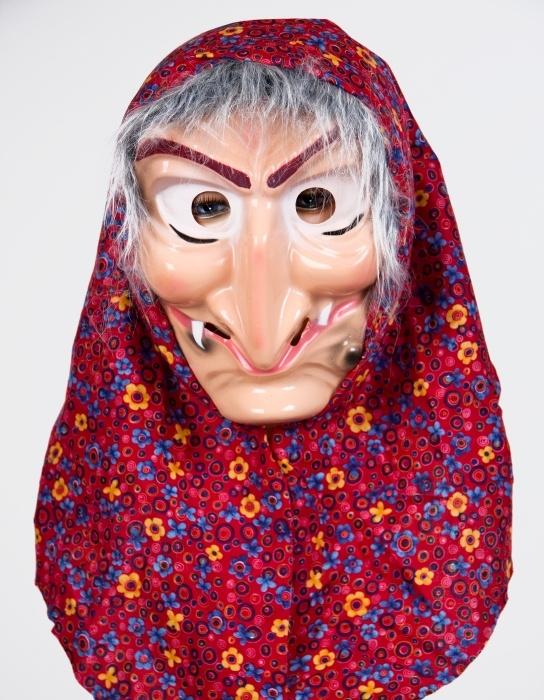 Hexenmaske mit Kopftuch und Haar