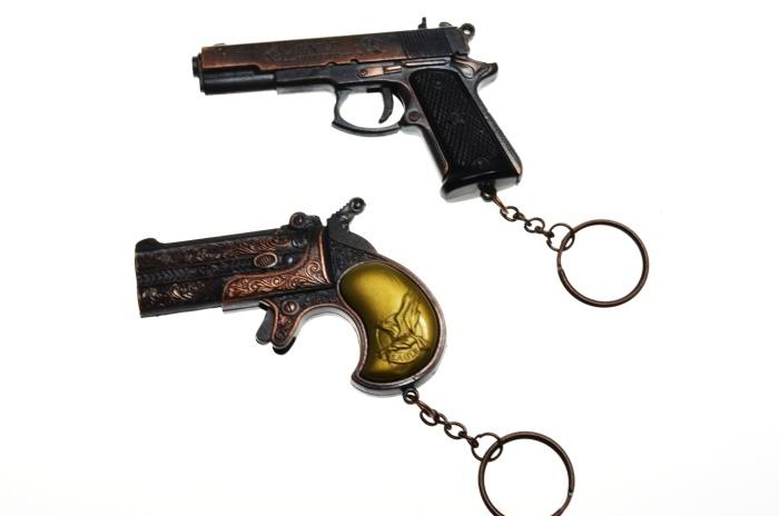 Pistolen sortiert an Schlüsselanhänger