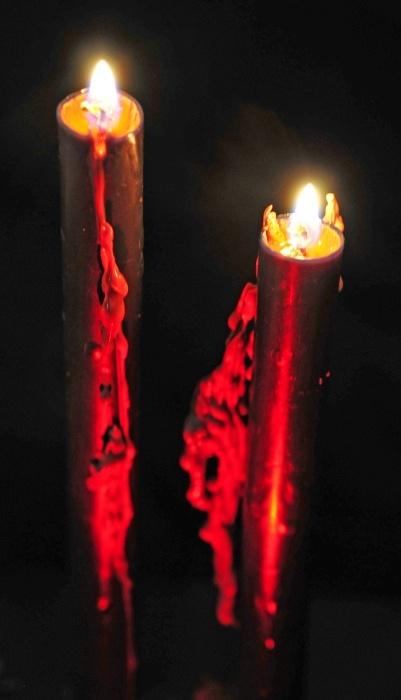 2 blutende Kerzen schwarz, ca. 25 cm