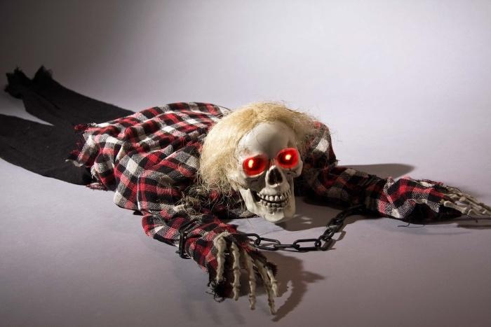 kriechendes Skelett mit leuchtenden Augen und Geräusch
