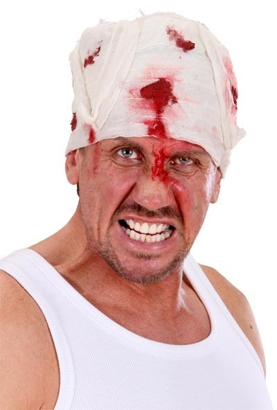 Verband - blutiger Kopfverband