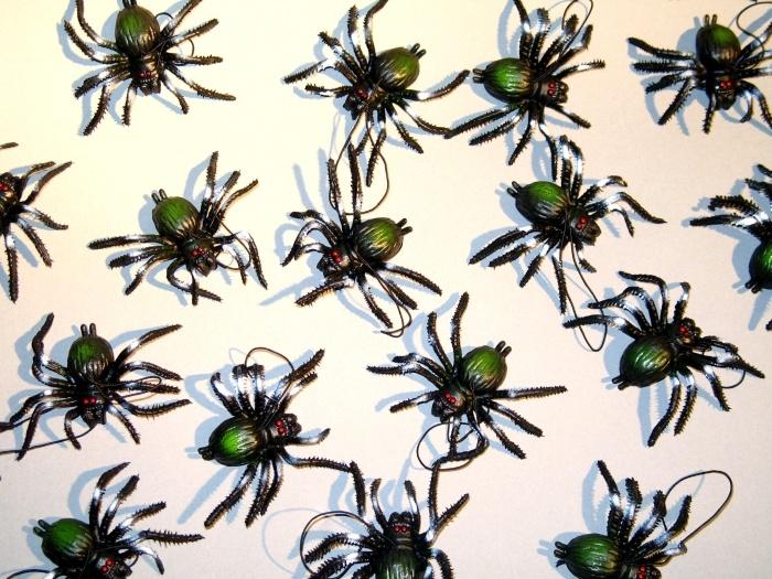 kleine Spinne am Faden, ca. 7 cm