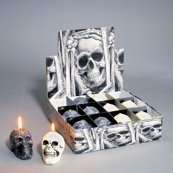Totenkopfkerze im Thekenkarton